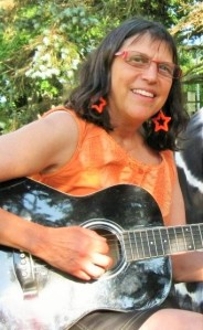 Sandy Greenberg with Guitar1 (2)